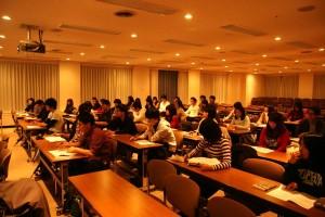 熱心に話を聞く学科の学生たち
