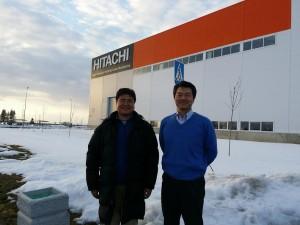 工場の入り口付近で先崎社長と記念撮影(左側が筆者、右側が先崎社長)