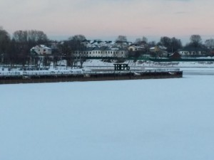 氷結したヴォルガ川。遠くにロシア語で「Тверь(トヴェリ)」の文字が見える。