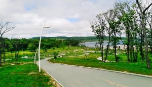 海辺近くに設けられている寮の前の散歩道。わざわざたくさんの分かれ道や曲がりくねった道が設けられているあたりから、ロシア人の散歩好きが伺えます。実際ロシア人にとって散歩というものは、特に人付き合いにおいて重要な役割を担っているようです