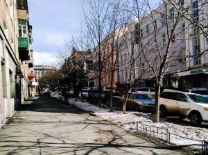 中心街の一部。町全体がこのように坂になっていて、坂のふもとには華やかなスヴェトランスカヤ通りと、軍艦や船で埋め尽くされたウラジオストクの海が広がっています。車という車がほとんど日本車であることもこの町の大きな特徴です