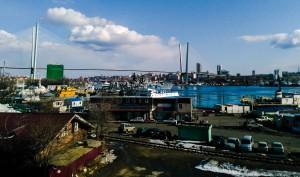 ウラジオストク駅から見える中心街。橋は黄金橋(Золотой мост)と言って、APECのために最近作られた今や町の象徴ともいえる橋です。海と常に寄り添っているこの町は一日一日違った表情を見せてくれるので、小さな町ではありますが3ヵ月経った今でも全く飽きません