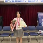優勝杯・賞状・メダルを授与された鶴見さん