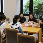受験生へのアドバイスをする学科の学生たち