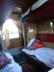 すぐに寝台に布団を敷きました。26歳のカザフ人(アジズくん)と同室になりました。