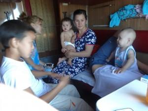 乗客もころころ変わります。今度は中央のご婦人が向かい側に座ったのですが、他の場所からも次々に人が集まってしまい、カオス状態に。