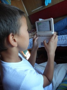 6歳の男の子は私の電子辞書に興味津々なご様子。