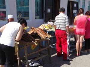 アラル海駅では魚をたくさん売ってました。