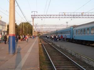 線路を渡って、右に停まっている青い列車に乗り込みます。