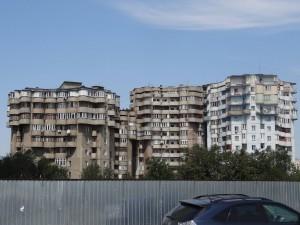 郊外にはこんな異様な建物もありました。