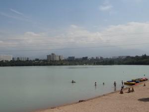 サイラン湖は涼しい風が吹いて気持ちが良く、みんな水浴びしていました。