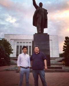 管轄国であるキルギスへ出張した際、レーニン像前で現地社員と撮った写真。