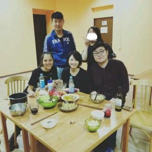 顔見知りになった中国人留学生たちと寮の共同キッチンで一緒にご飯を食べました