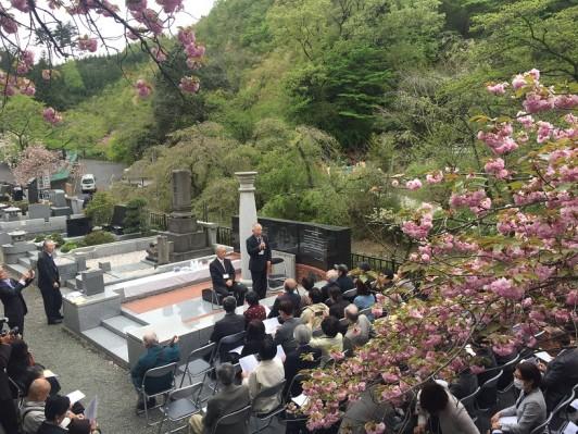 八重桜とウグイスの鳴き声を背景に執り行われました