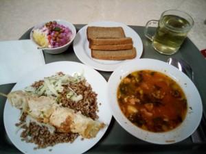 昨日の夕食です。そばの実、鶏肉、サリャンカ(スープ)、サラダ、黒パン