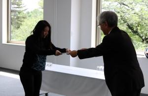 学科長の原先生から賞状が授与されました。