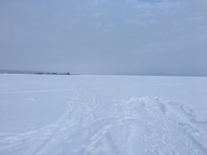 近くにあるオネガ湖。水が凍っているので、湖の上に立つことができます!!