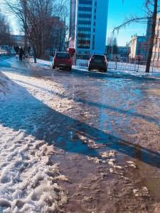 側溝が少ないので、泥水がたまっています…。