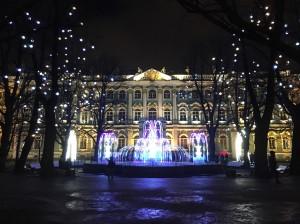 新年に向けてライトアップされたエルミタージュ美術館付近。極夜の暗い街を、イルミネーションが彩ってくれます。