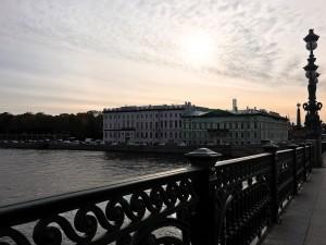 ネヴァ川を横断するトロイツキー橋から大学の校舎と朝日が綺麗に見えました。