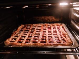ロシアのパイは円形ではなく長方形で大きいです!中に甘酸っぱいさくらんぼのジャムを詰めました。