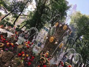 大学の隣にある夏の庭園。初夏に行われたイベント期間中は、噴水が沢山のお花で装飾されていました。