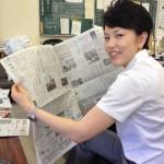 県警記者室で新聞チェック中