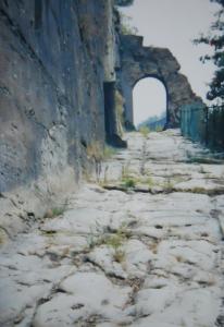 写真【2】イタリア・アオスタ州Donnasにあるローマ道の跡(2000年撮影)