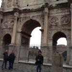 ローマ、コンスタンティヌスの凱旋門前にて(2013年撮影)