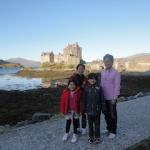 スコットランドの城跡にて家族と